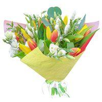 Весенний букет из тюльпанов и эустомы