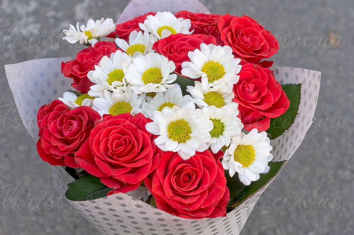 Букет из 13 красных роз и белых хризантем, цветов