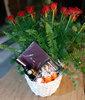 Фото 4. Доставка композиции в корзинке из роз, с вином, конфетами и киндер-сюрпризами в Анталию, Турция. florist.com.ua